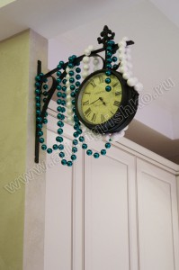 Часы в зоне кухни